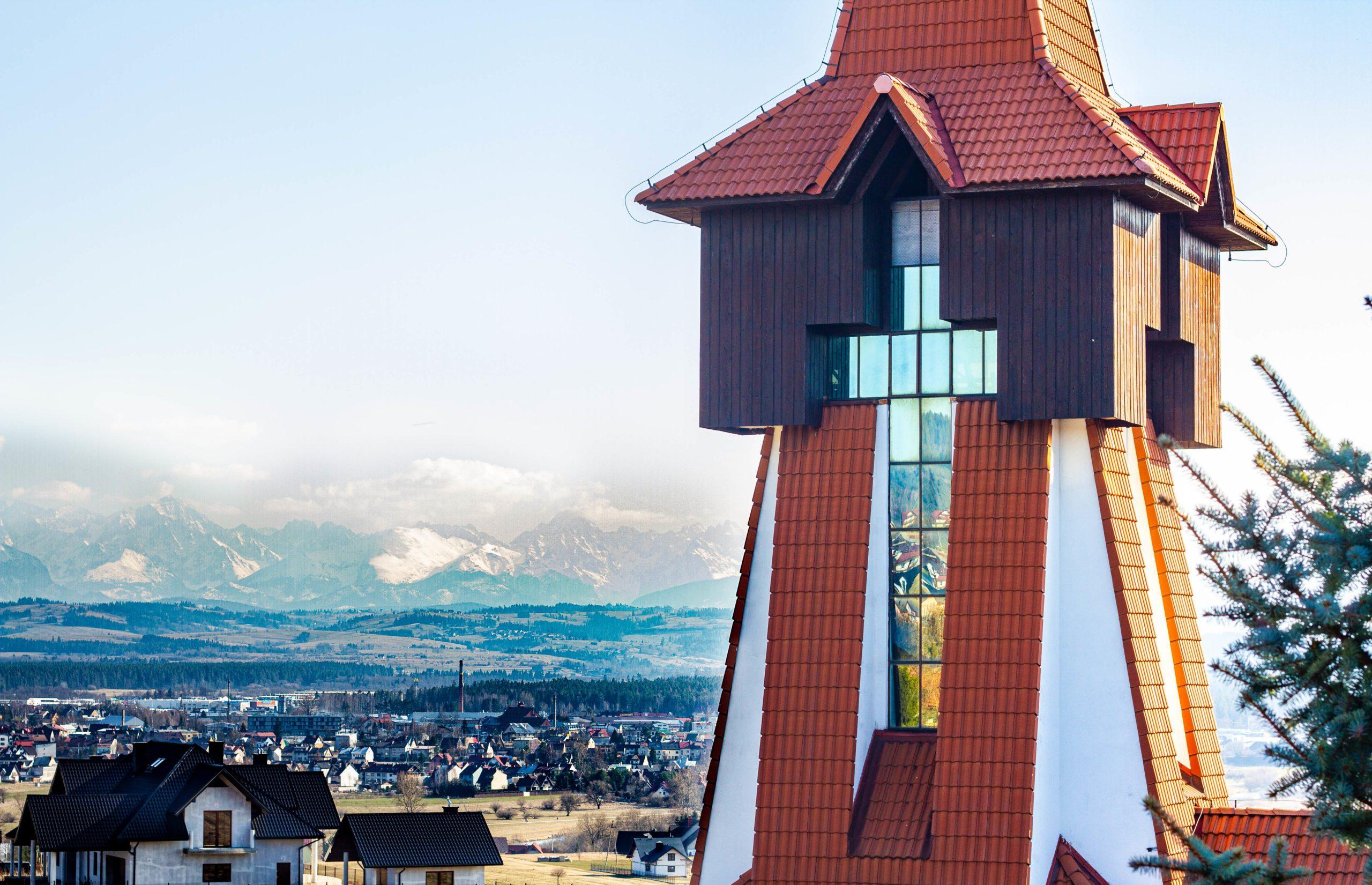 Widok na wierzę kościoła
